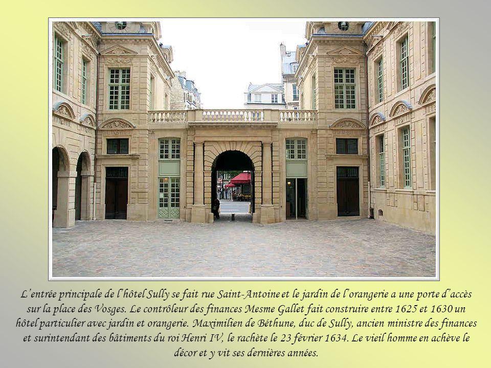 L'entrée principale de l'hôtel Sully se fait rue Saint-Antoine et le jardin de l'orangerie a une porte d'accès sur la place des Vosges.