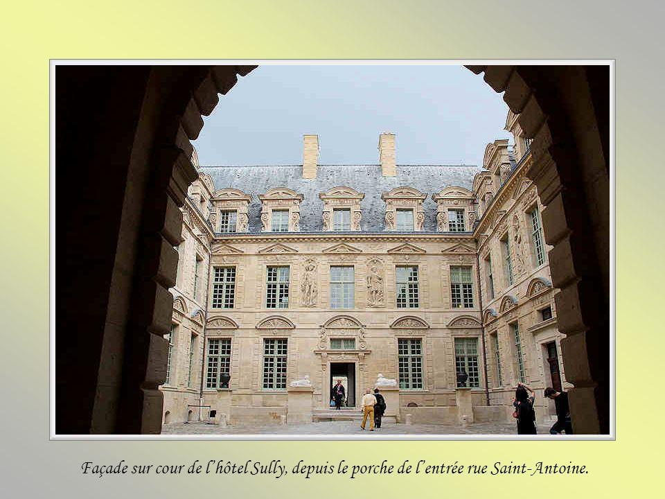 Façade sur cour de l'hôtel Sully, depuis le porche de l'entrée rue Saint-Antoine.