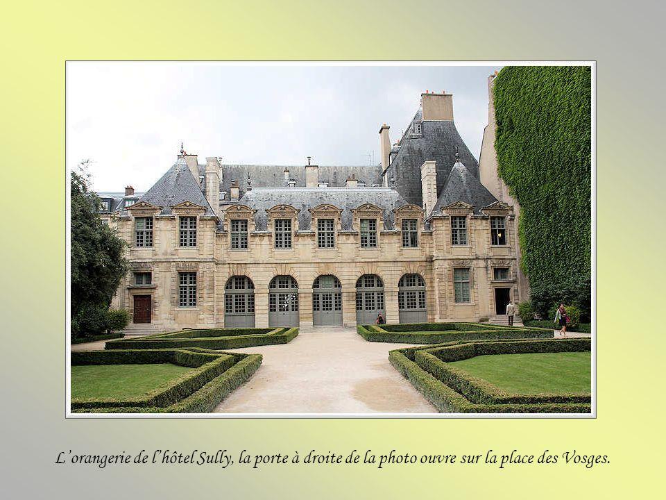 L'orangerie de l'hôtel Sully, la porte à droite de la photo ouvre sur la place des Vosges.