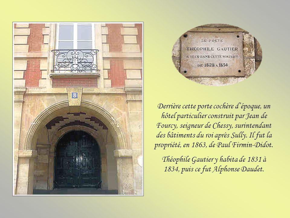 Derrière cette porte cochère d'époque, un hôtel particulier construit par Jean de Fourcy, seigneur de Chessy, surintendant des bâtiments du roi après Sully. Il fut la propriété, en 1863, de Paul Firmin-Didot.