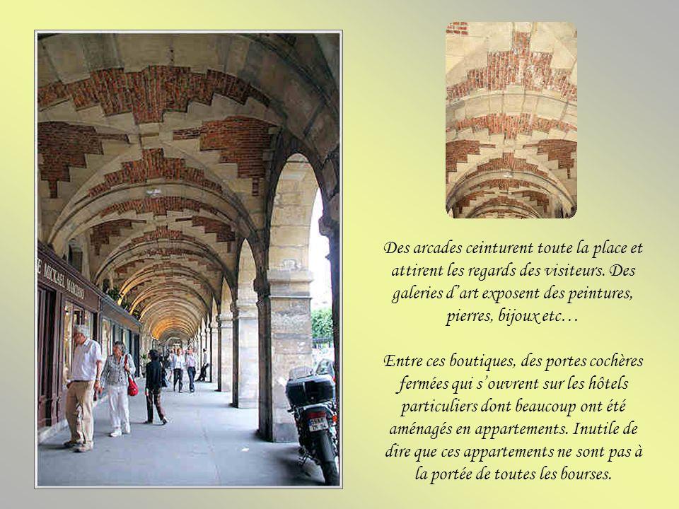Des arcades ceinturent toute la place et attirent les regards des visiteurs. Des galeries d'art exposent des peintures, pierres, bijoux etc…