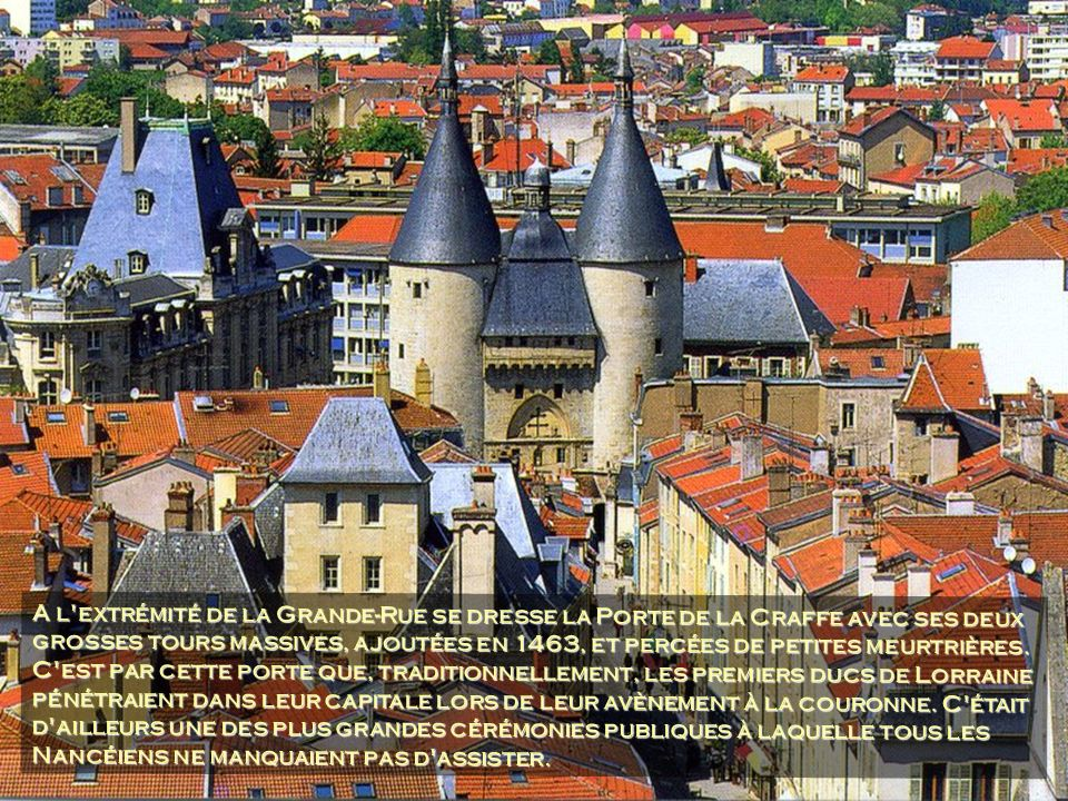 A l extrémité de la Grande-Rue se dresse la Porte de la Craffe avec ses deux grosses tours massives, ajoutées en 1463, et percées de petites meurtrières.