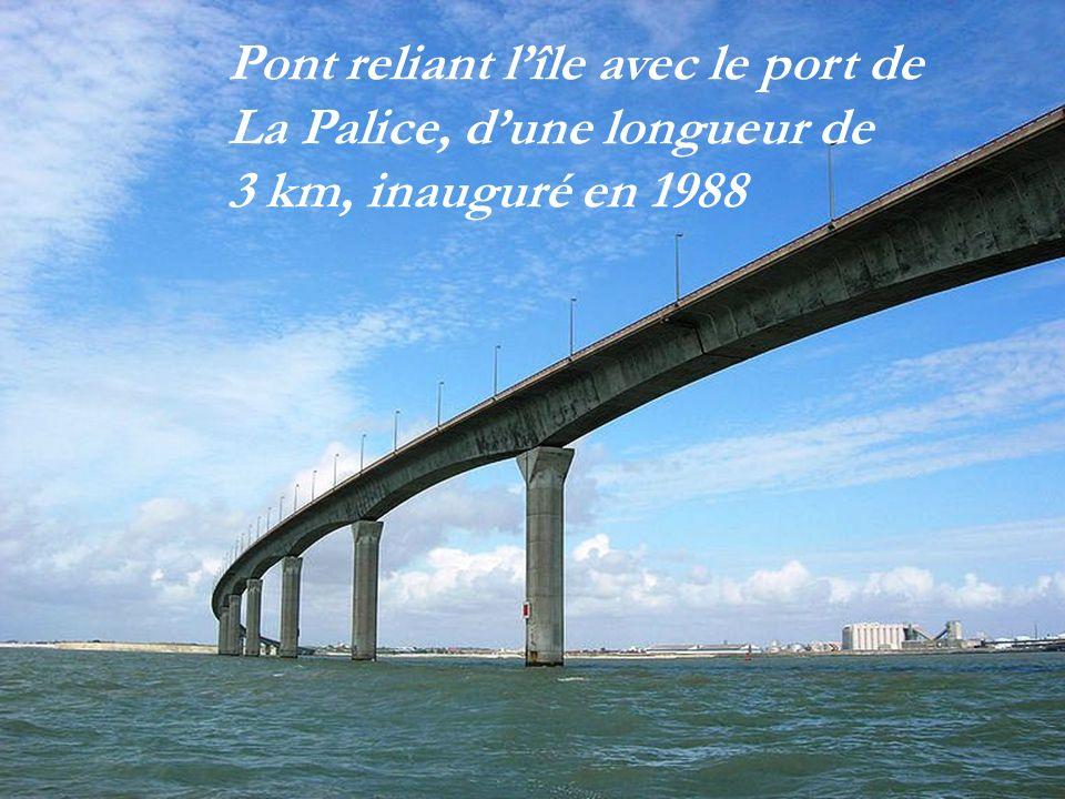 Pont reliant l'île avec le port de La Palice, d'une longueur de 3 km, inauguré en 1988