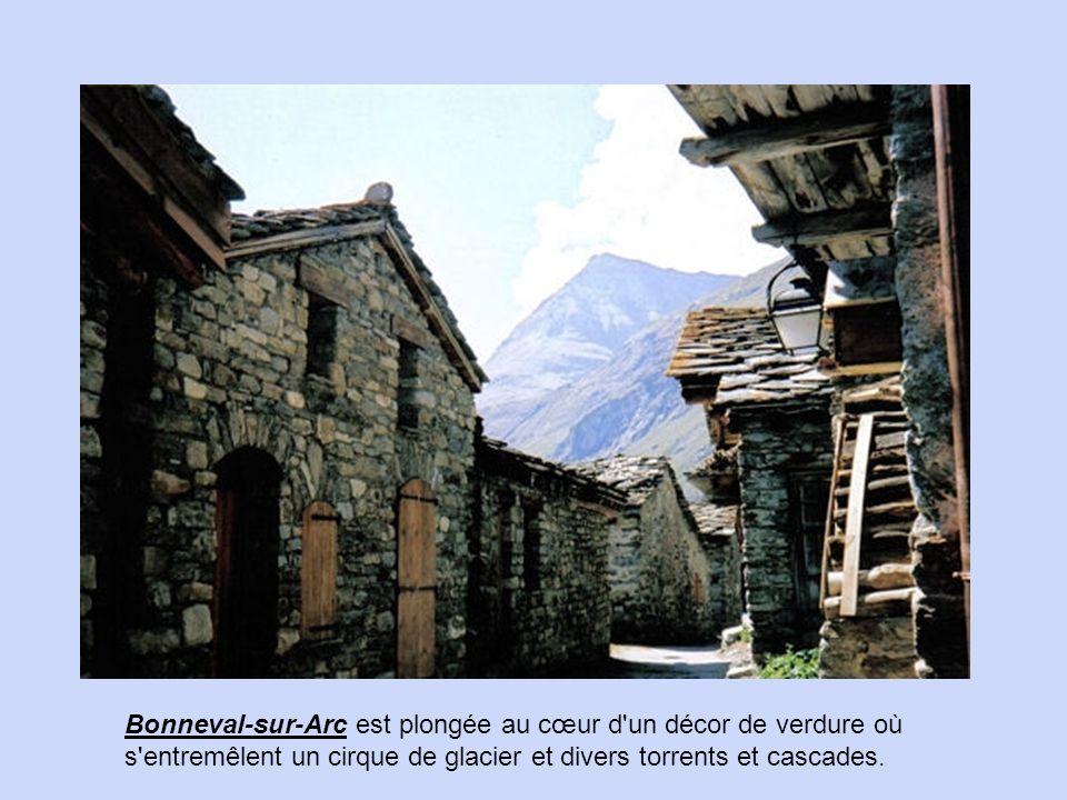Bonneval-sur-Arc est plongée au cœur d un décor de verdure où s entremêlent un cirque de glacier et divers torrents et cascades.
