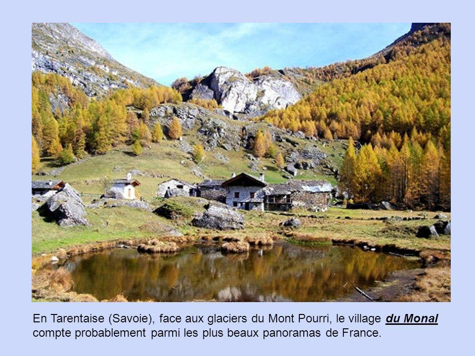 En Tarentaise (Savoie), face aux glaciers du Mont Pourri, le village du Monal compte probablement parmi les plus beaux panoramas de France.