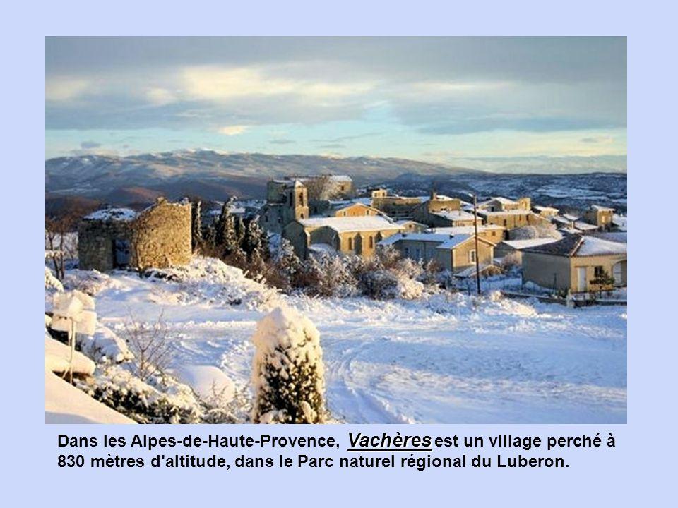 Dans les Alpes-de-Haute-Provence, Vachères est un village perché à 830 mètres d altitude, dans le Parc naturel régional du Luberon.