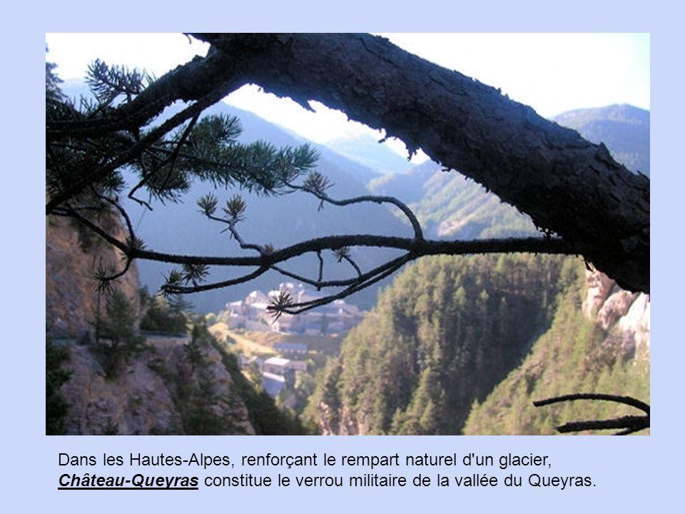Dans les Hautes-Alpes, renforçant le rempart naturel d un glacier, Château-Queyras constitue le verrou militaire de la vallée du Queyras.