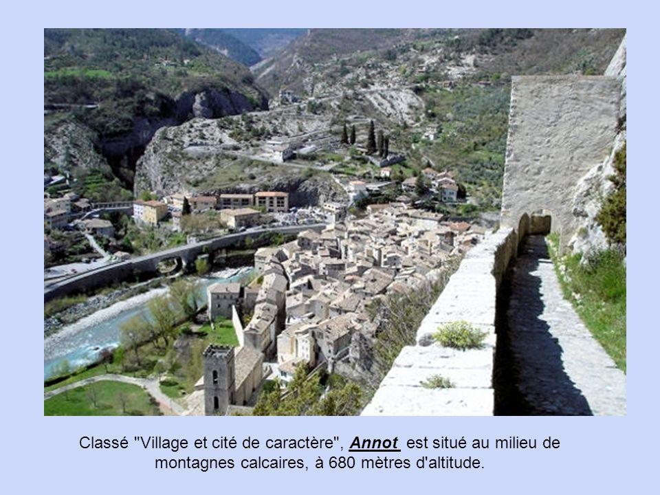 Classé Village et cité de caractère , Annot est situé au milieu de montagnes calcaires, à 680 mètres d altitude.