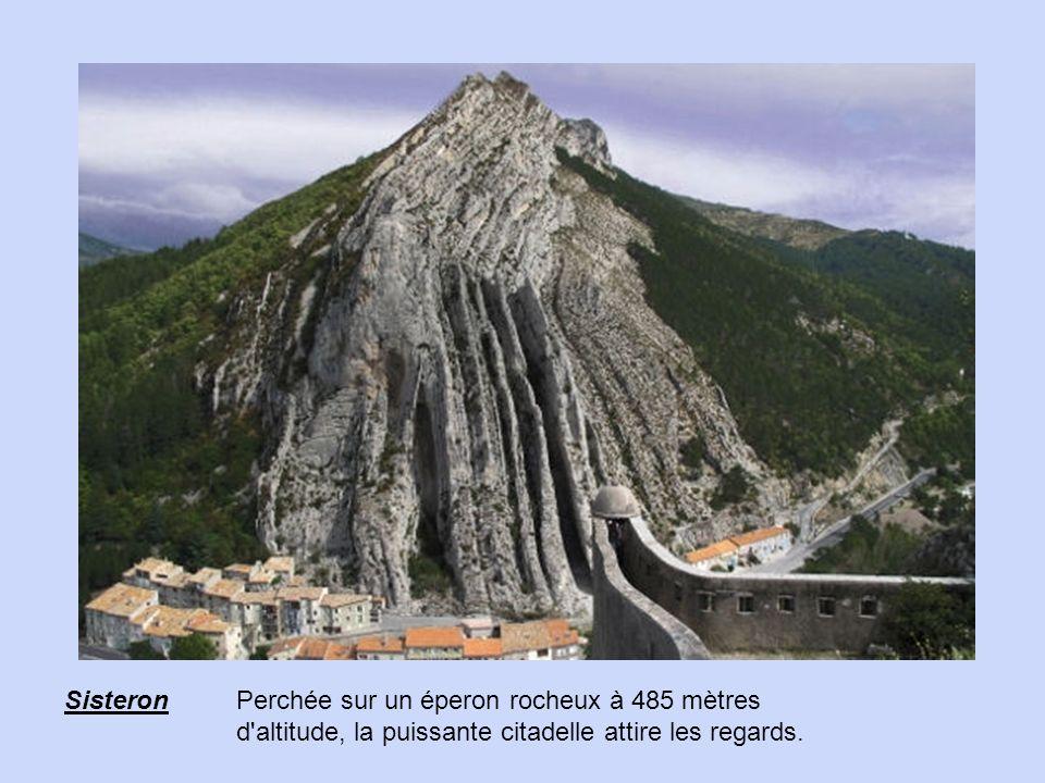 Sisteron Perchée sur un éperon rocheux à 485 mètres d altitude, la puissante citadelle attire les regards.