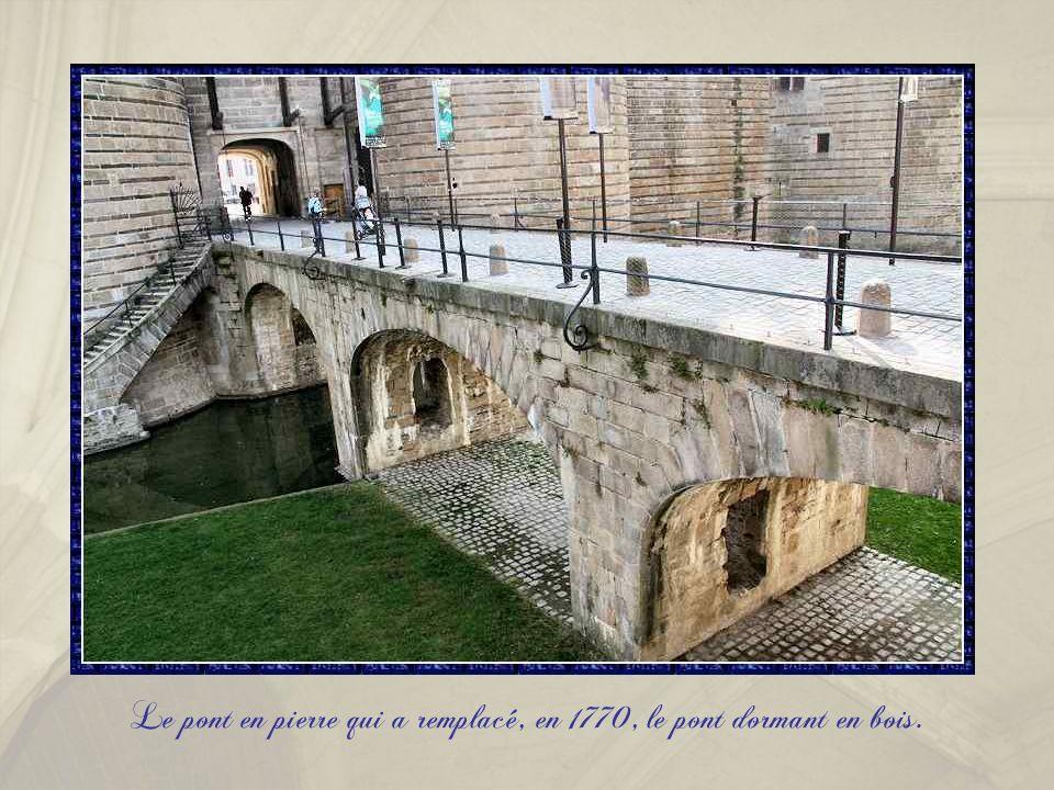 Le pont en pierre qui a remplacé, en 1770, le pont dormant en bois.