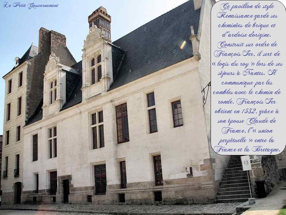 Ce pavillon de style Renaissance garde ses cheminées de brique et d''ardoise d origine. Construit sur ordre de François Ier, il sert de « logis du roy » lors de ses séjours à Nantes. Il communique par les combles avec le chemin de ronde. François Ier obtient en 1532, grâce à son épouse Claude de France, l''« union perpétuelle » entre la France et la Bretagne.