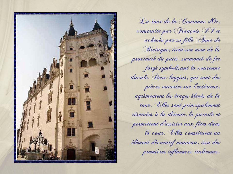 La tour de la Couronne d Or, construite par François II et achevée par sa fille Anne de Bretagne, tient son nom de la proximité du puits, surmonté de fer forgé symbolisant la couronne ducale.