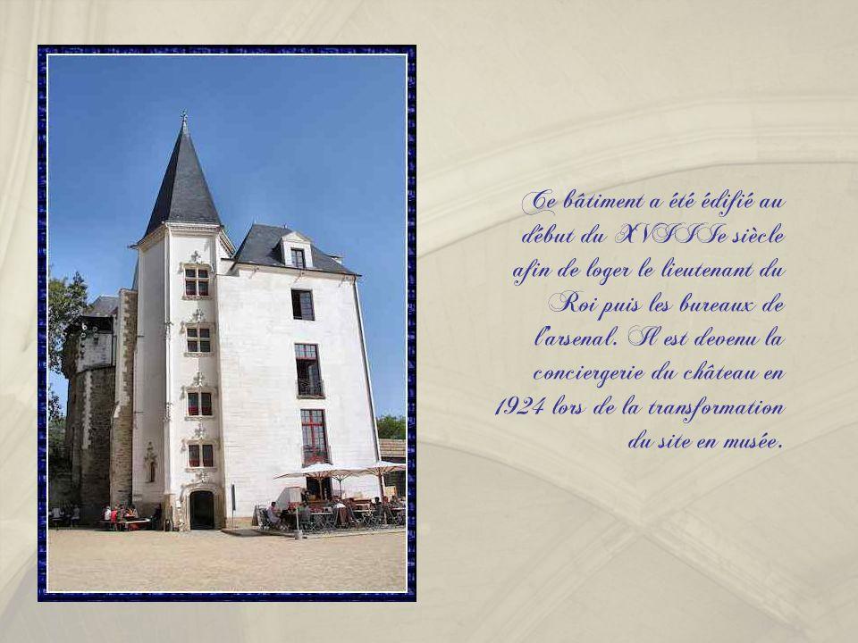 Ce bâtiment a été édifié au début du XVIIIe siècle afin de loger le lieutenant du Roi puis les bureaux de l' arsenal.
