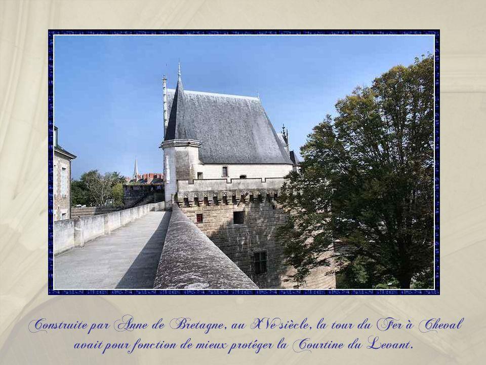 Construite par Anne de Bretagne, au XVe siècle, la tour du Fer à Cheval avait pour fonction de mieux protéger la Courtine du Levant.