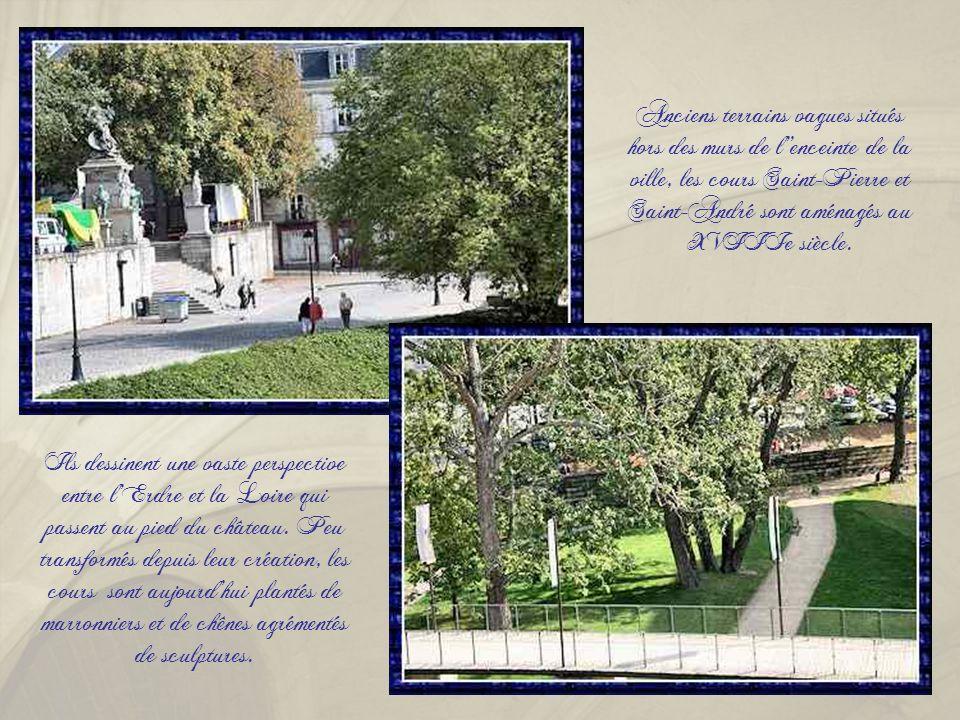 Anciens terrains vagues situés hors des murs de l''enceinte de la ville, les cours Saint-Pierre et Saint-André sont aménagés au XVIIIe siècle.