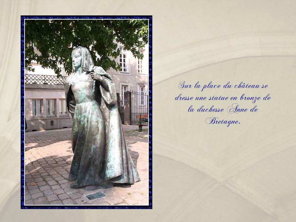 Sur la place du château se dresse une statue en bronze de la duchesse Anne de Bretagne.