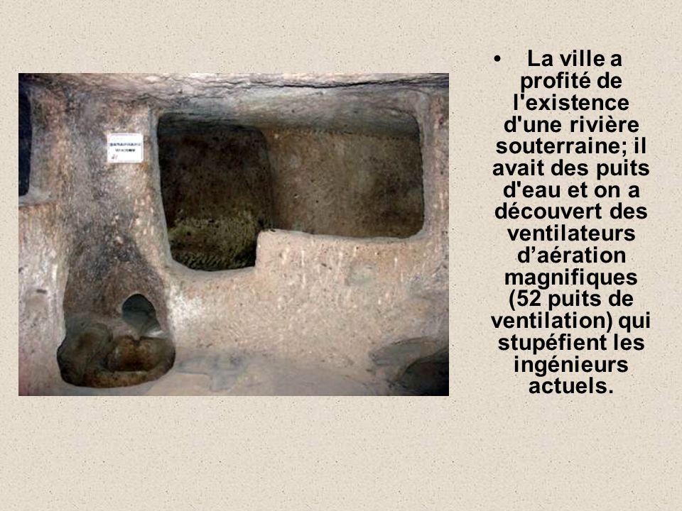 La ville a profité de l existence d une rivière souterraine; il avait des puits d eau et on a découvert des ventilateurs d'aération magnifiques (52 puits de ventilation) qui stupéfient les ingénieurs actuels.