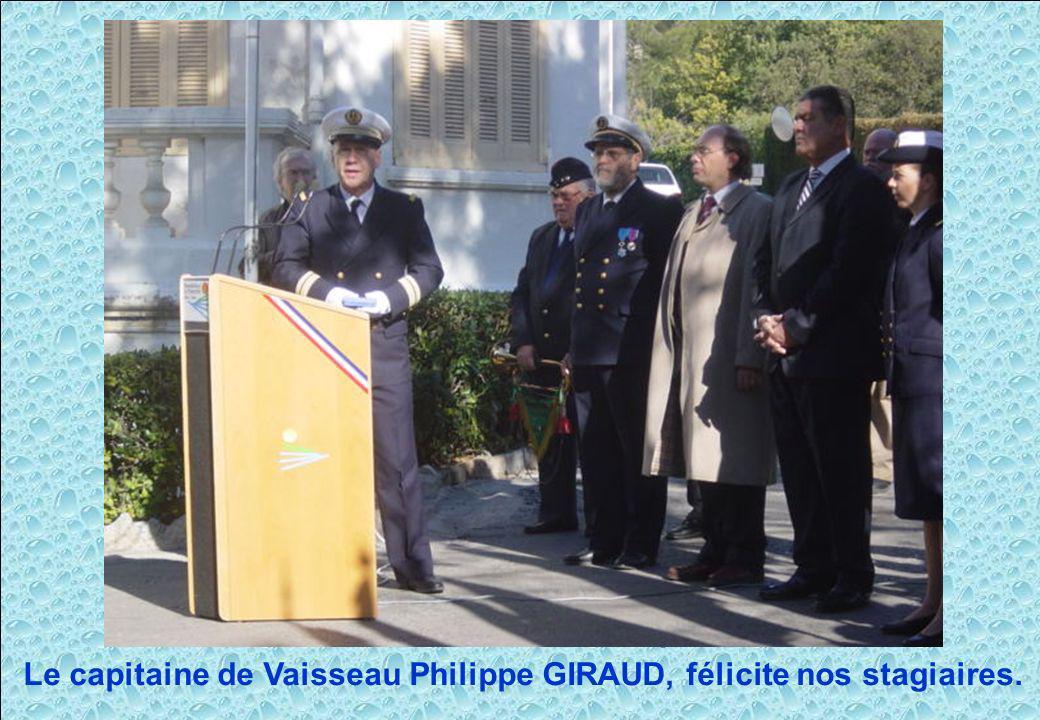 Le capitaine de Vaisseau Philippe GIRAUD, félicite nos stagiaires.