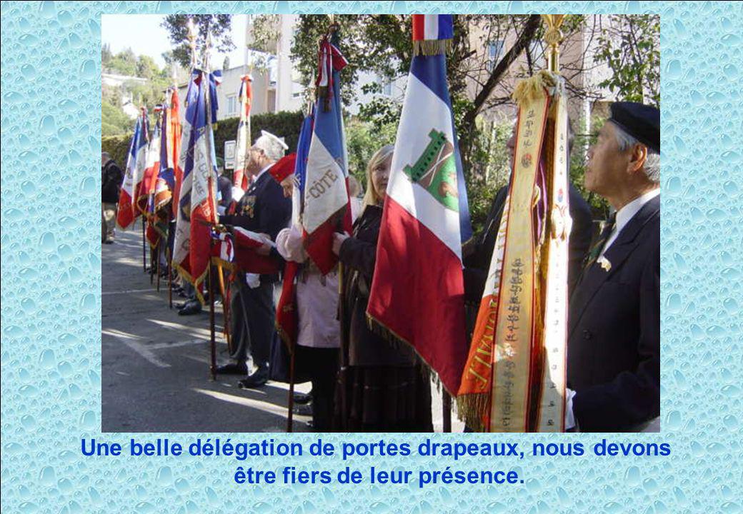 Une belle délégation de portes drapeaux, nous devons