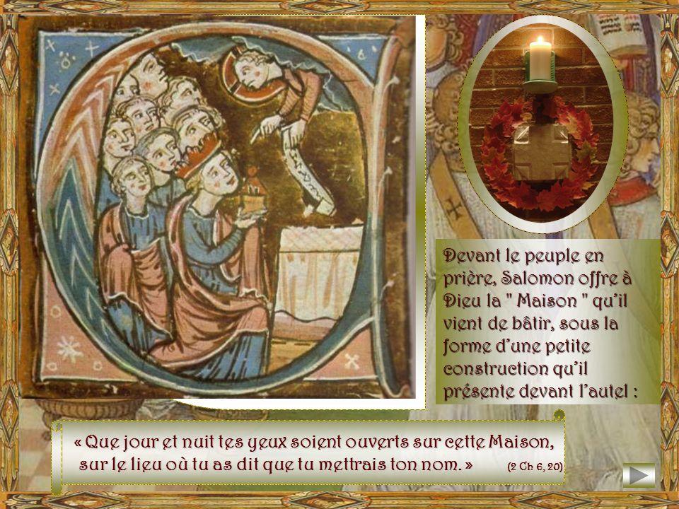 Devant le peuple en prière, Salomon offre à Dieu la Maison qu'il vient de bâtir, sous la forme d'une petite construction qu'il présente devant l'autel :
