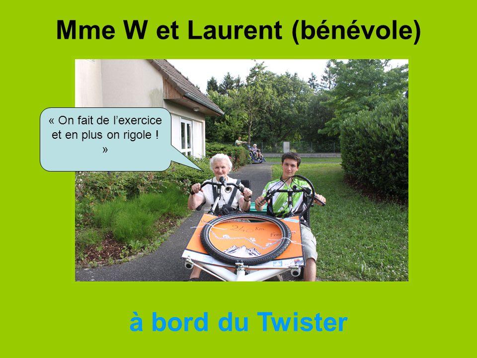 Mme W et Laurent (bénévole)