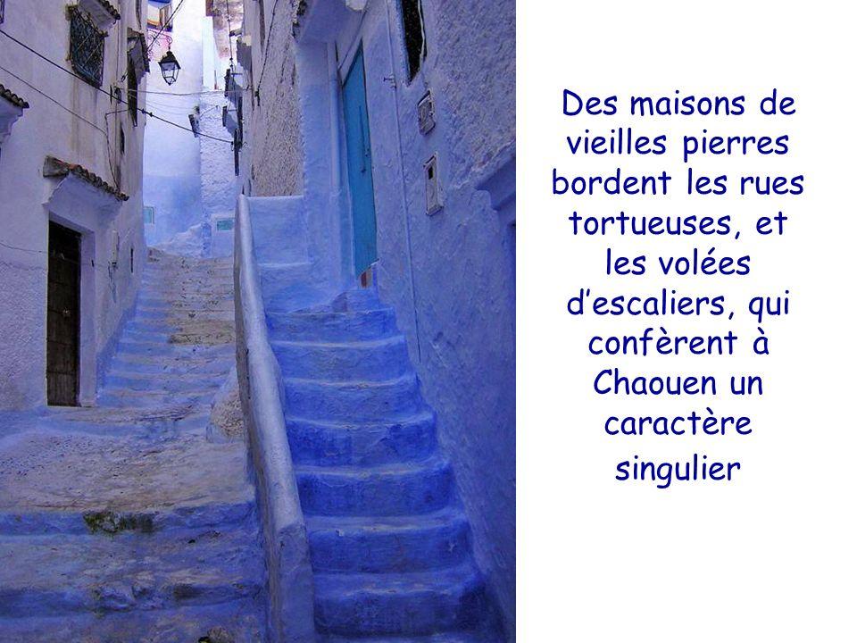 Des maisons de vieilles pierres bordent les rues tortueuses, et les volées d'escaliers, qui confèrent à Chaouen un caractère singulier