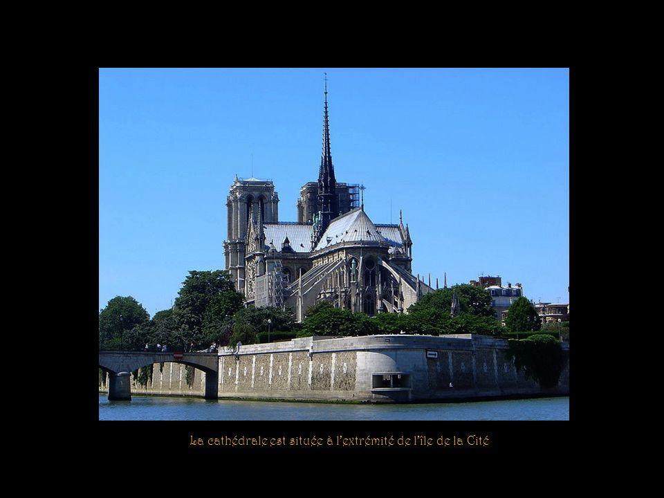 La cathédrale est située à l'extrémité de l'île de la Cité