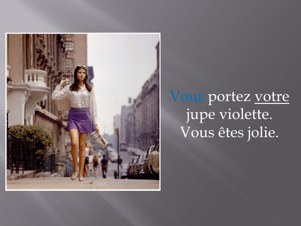 Vous portez votre jupe violette. Vous êtes jolie.