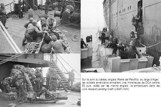 Sur le pont du bateau anglais Reina del Pacifico, au large d'Alger, les soldats américains emballent une mitrailleuse de DCA calibre 50 puis, aidés par les marins anglais, ils embarquent dans les LCA Assault Landing Craft (USAF-IWM)