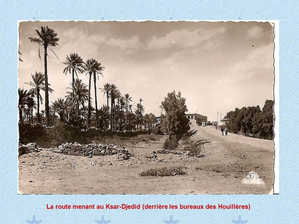 La route menant au Ksar-Djedid (derrière les bureaux des Houillères)