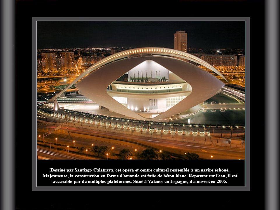 Dessiné par Santiago Calatrava, cet opéra et centre culturel ressemble à un navire échoué.