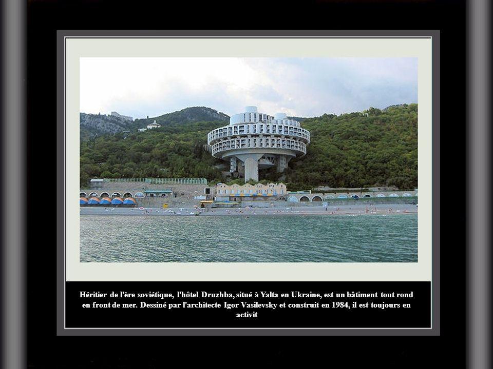 Héritier de l ère soviétique, l hôtel Druzhba, situé à Yalta en Ukraine, est un bâtiment tout rond en front de mer.