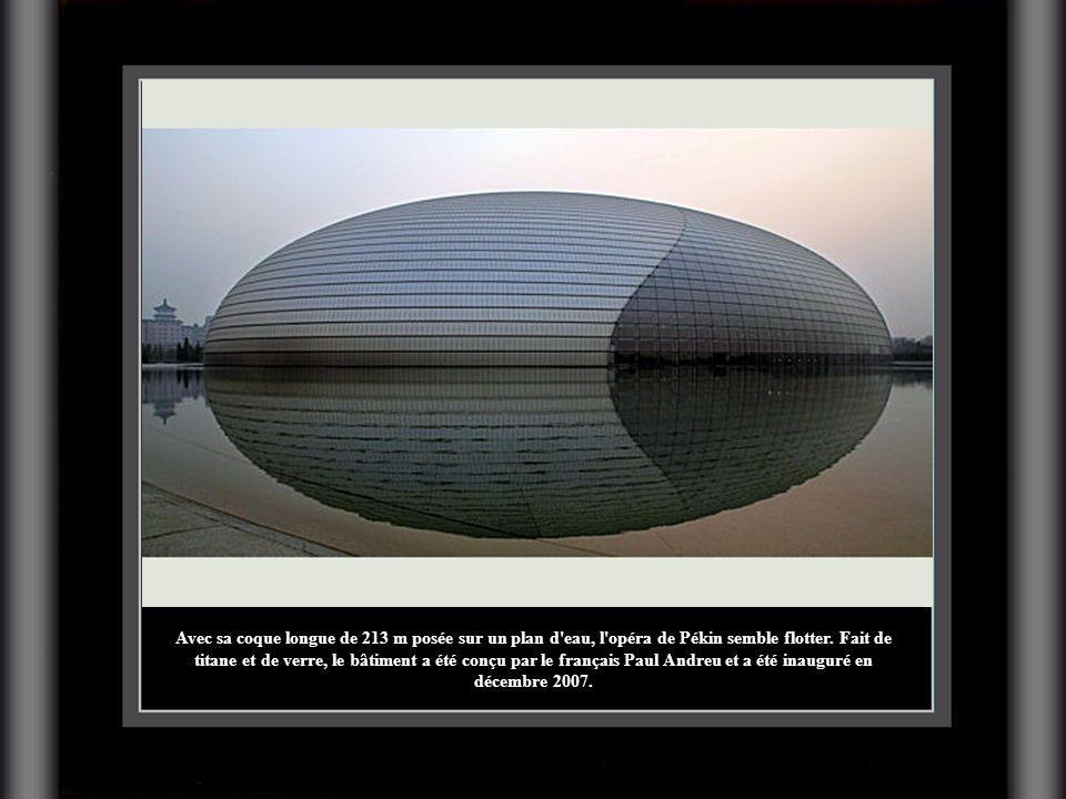 Avec sa coque longue de 213 m posée sur un plan d eau, l opéra de Pékin semble flotter.