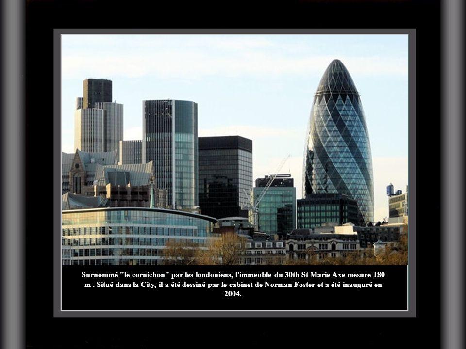 Surnommé le cornichon par les londoniens, l immeuble du 30th St Marie Axe mesure 180 m .