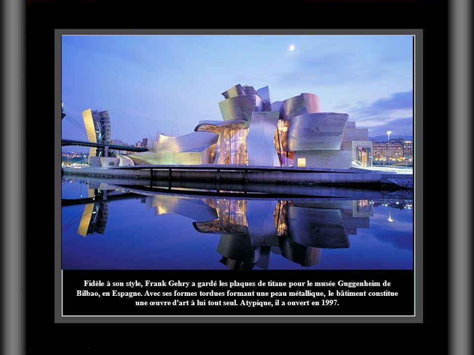 Fidèle à son style, Frank Gehry a gardé les plaques de titane pour le musée Guggenheim de Bilbao, en Espagne.