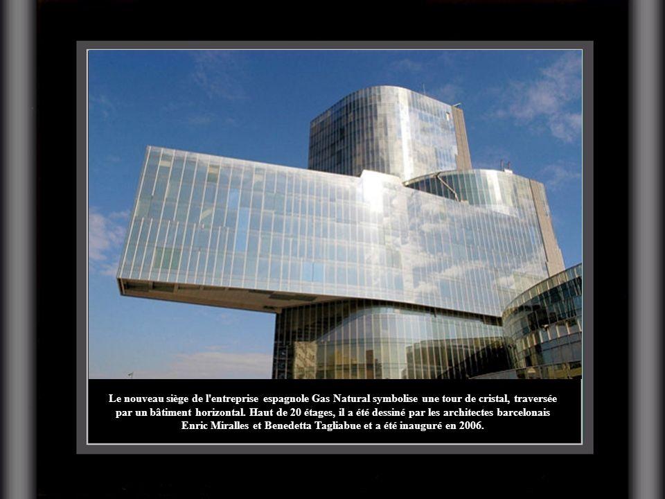 Le nouveau siège de l entreprise espagnole Gas Natural symbolise une tour de cristal, traversée par un bâtiment horizontal.