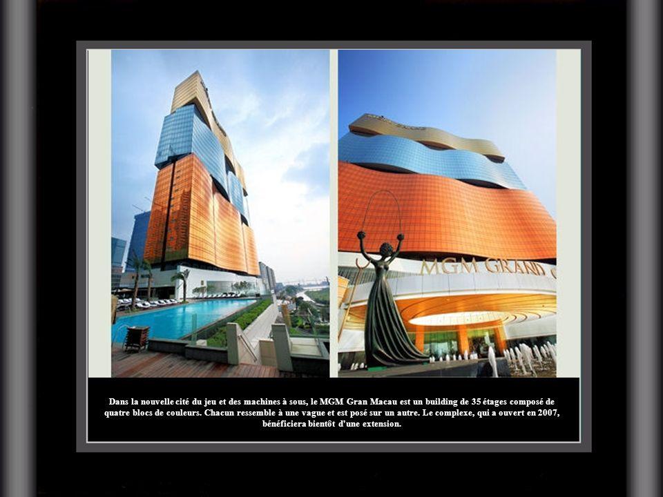 Dans la nouvelle cité du jeu et des machines à sous, le MGM Gran Macau est un building de 35 étages composé de quatre blocs de couleurs.