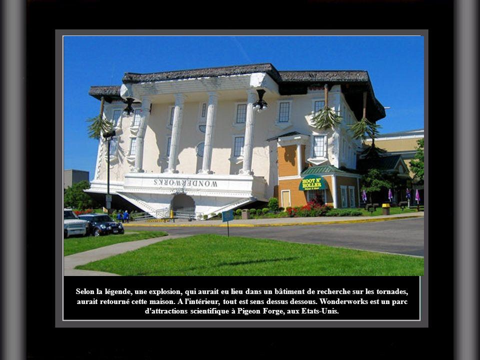 Selon la légende, une explosion, qui aurait eu lieu dans un bâtiment de recherche sur les tornades, aurait retourné cette maison.