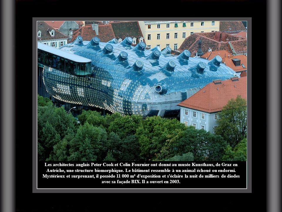 Les architectes anglais Peter Cook et Colin Fournier ont donné au musée Kunsthaus, de Graz en Autriche, une structure biomorphique.