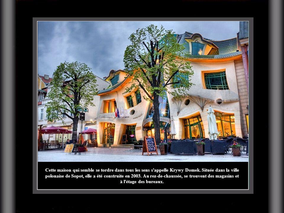 Cette maison qui semble se tordre dans tous les sens s appelle Krywy Domek.