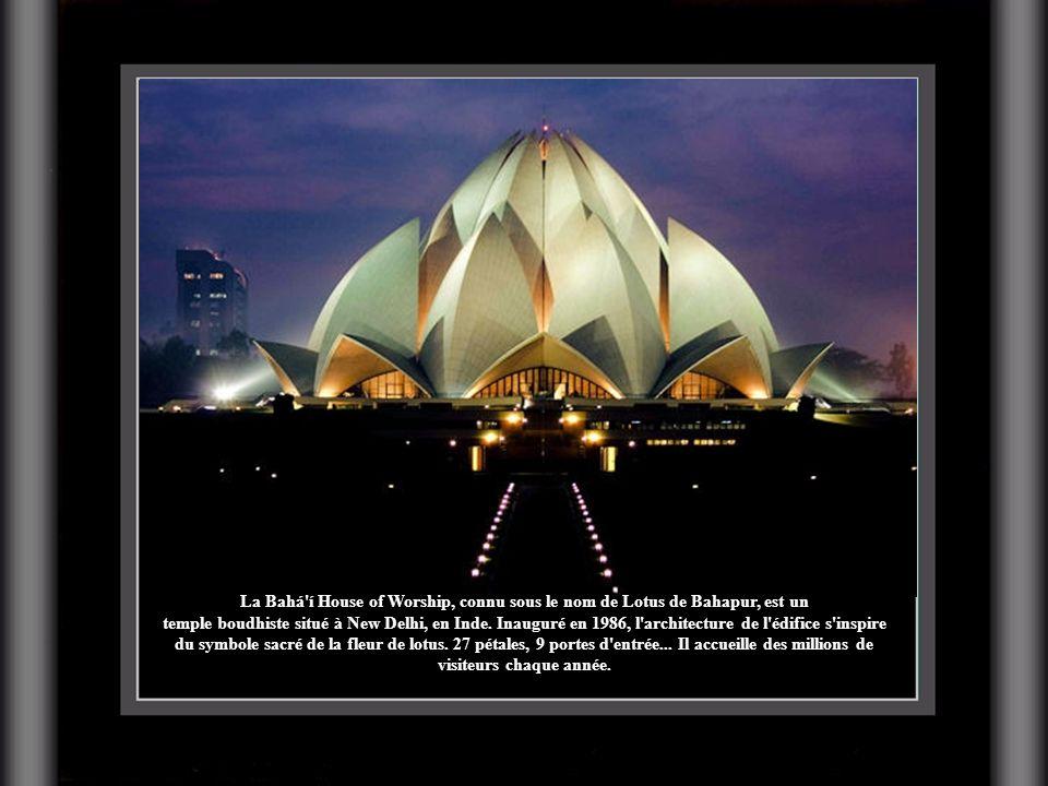 La Bahá í House of Worship, connu sous le nom de Lotus de Bahapur, est un temple boudhiste situé à New Delhi, en Inde.