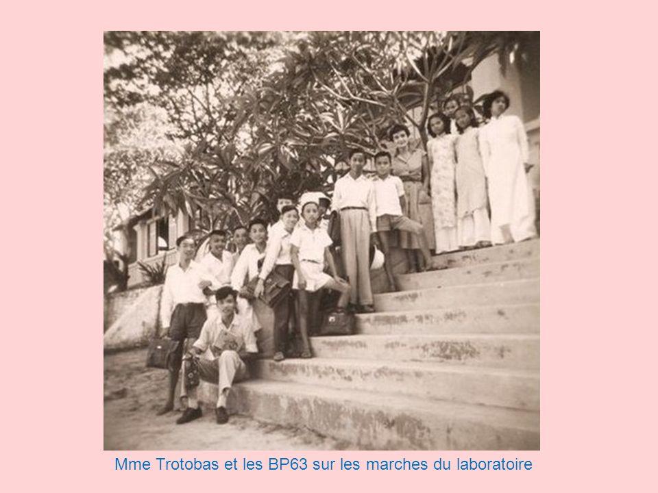 Mme Trotobas et les BP63 sur les marches du laboratoire