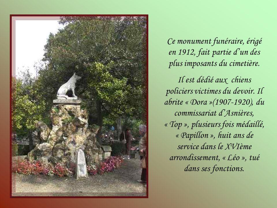 Ce monument funéraire, érigé en 1912, fait partie d'un des plus imposants du cimetière.