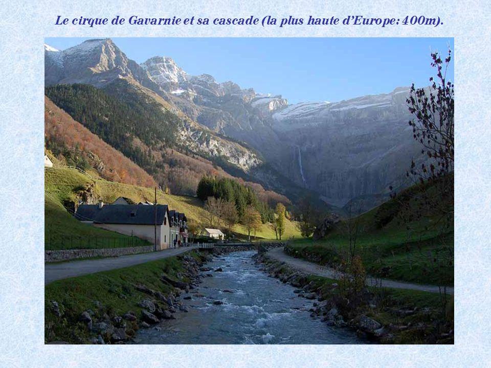 Le cirque de Gavarnie et sa cascade (la plus haute d'Europe: 400m).