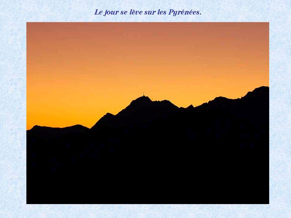 Le jour se lève sur les Pyrénées.