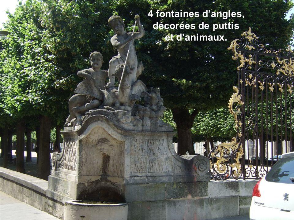 4 fontaines d'angles, décorées de puttis et d'animaux.