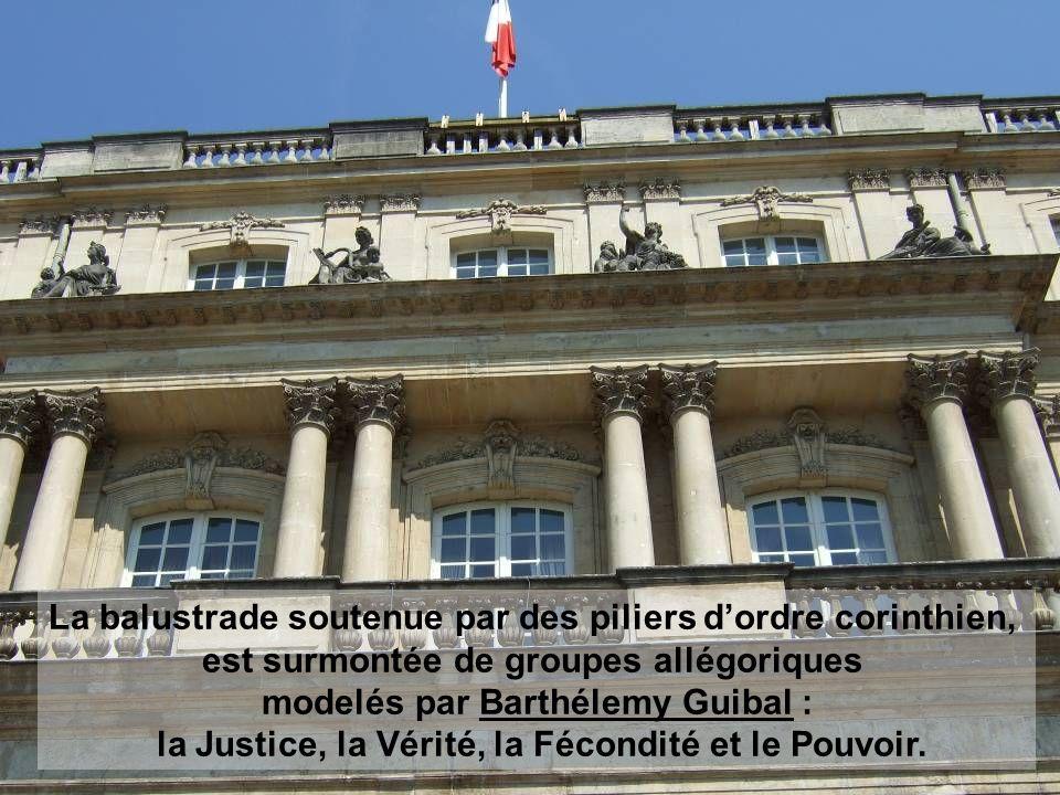 La balustrade soutenue par des piliers d'ordre corinthien, est surmontée de groupes allégoriques modelés par Barthélemy Guibal : la Justice, la Vérité, la Fécondité et le Pouvoir.
