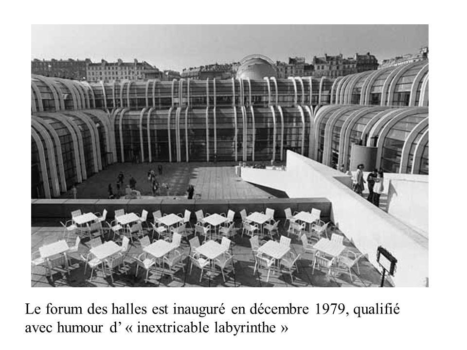 Le forum des halles est inauguré en décembre 1979, qualifié avec humour d' « inextricable labyrinthe »