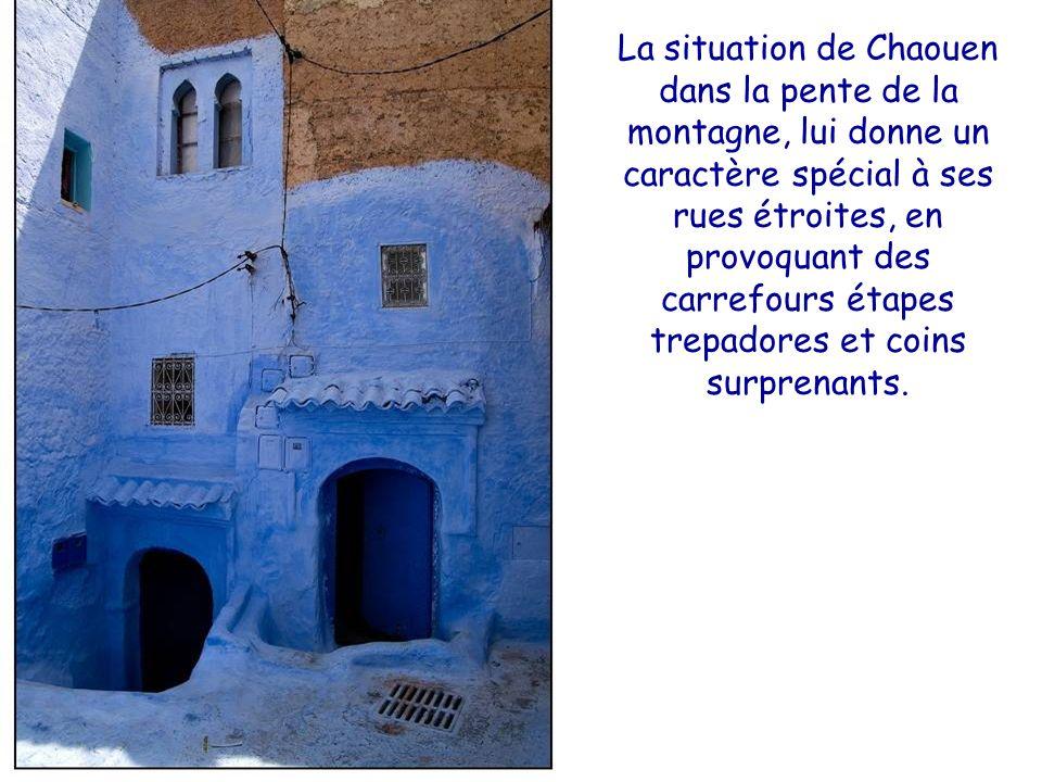 La situation de Chaouen dans la pente de la montagne, lui donne un caractère spécial à ses rues étroites, en provoquant des carrefours étapes trepadores et coins surprenants.