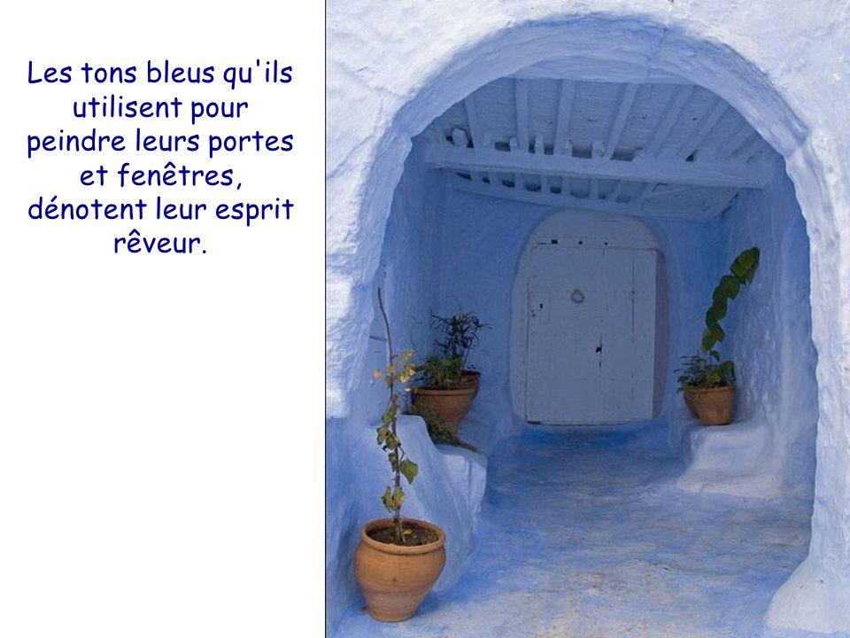 Les tons bleus qu ils utilisent pour peindre leurs portes et fenêtres, dénotent leur esprit rêveur.